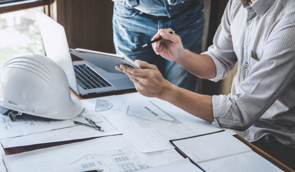 Scrivania con progetti | prontocasaenergy.it